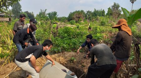 Latrine contraction at Anlong Phe village (2)