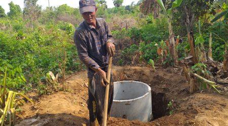 Latrine contraction at Anlong Phe village (3)