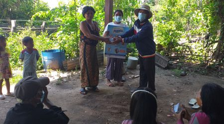 VEC dissemination MOH key message and provide soap to Uniqe beneficiray at Smakoh village (2)